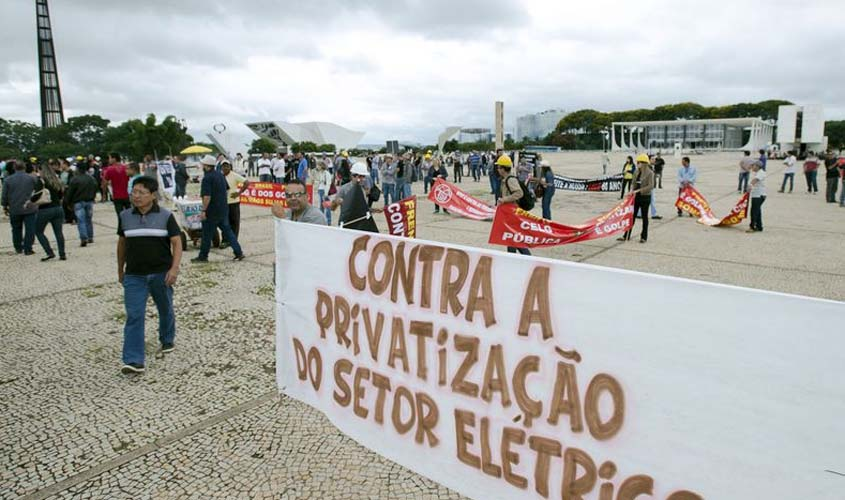 Trabalhadores protestam contra assembleia sobre venda de empresas da Eletrobras