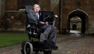 stephen Hawking 384x220 - Stephen Hawking, físico britânico, morre aos 76 anos