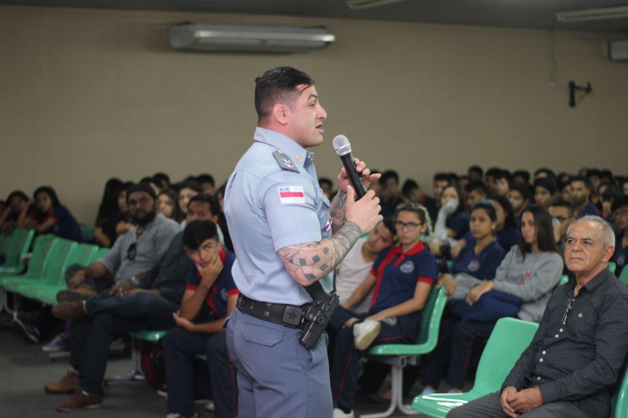 """Carpê 2 - Com o tema """"Tudo é Uma Questão de Escolha"""", tenente Carpê Andrade faz palestra em escola de Manaus"""