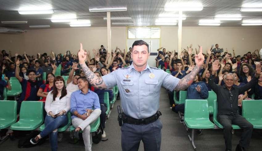 """Carpê 850x491 - Com o tema """"Tudo é Uma Questão de Escolha"""", tenente Carpê Andrade faz palestra em escola de Manaus"""