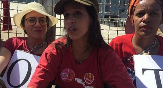 Mulher viaja 60 horas para apoiar Lula, perde emprego e pede doações para voltar pra casa
