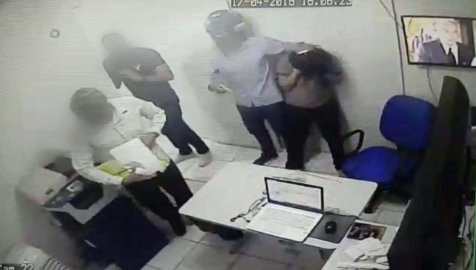 Dois homens armados assaltaram um casa lotérica no Alvorada