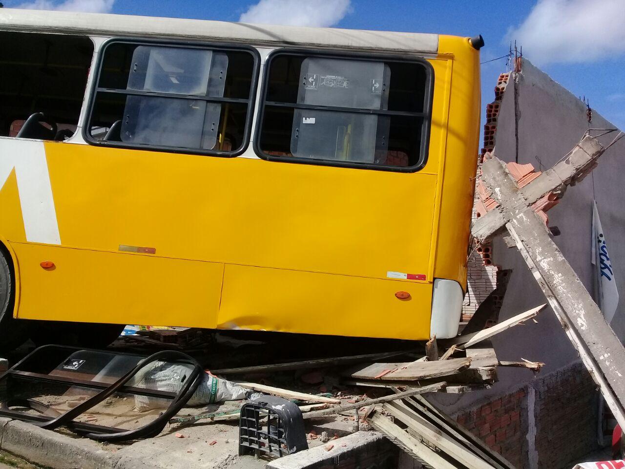 Ônibus derruba muro de residência