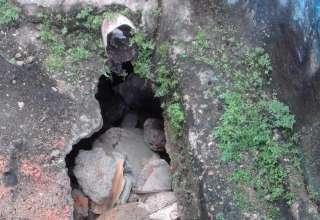Cratera 4 320x220 - Cratera ameaça residência no bairro da Compensa; moradores pedem presença da Prefeitura