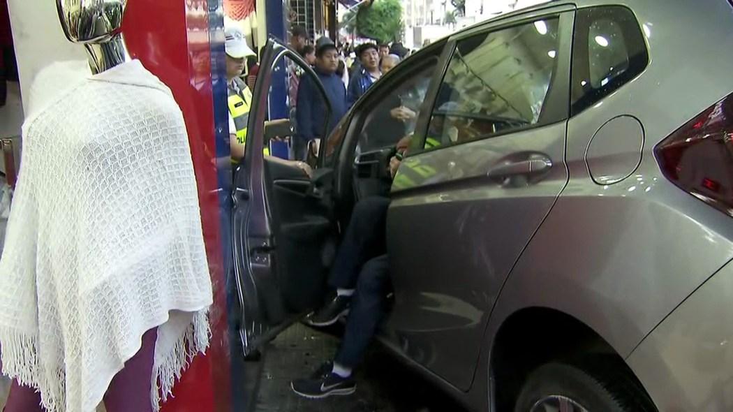 carro invade calçada