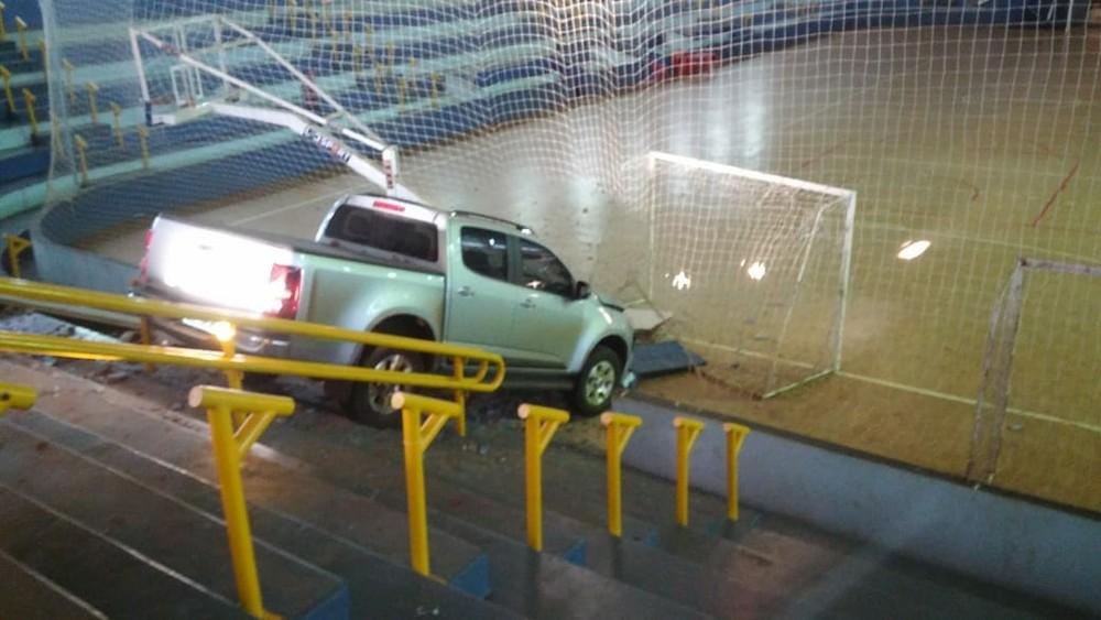 caminhonete invade quadra de vôlei