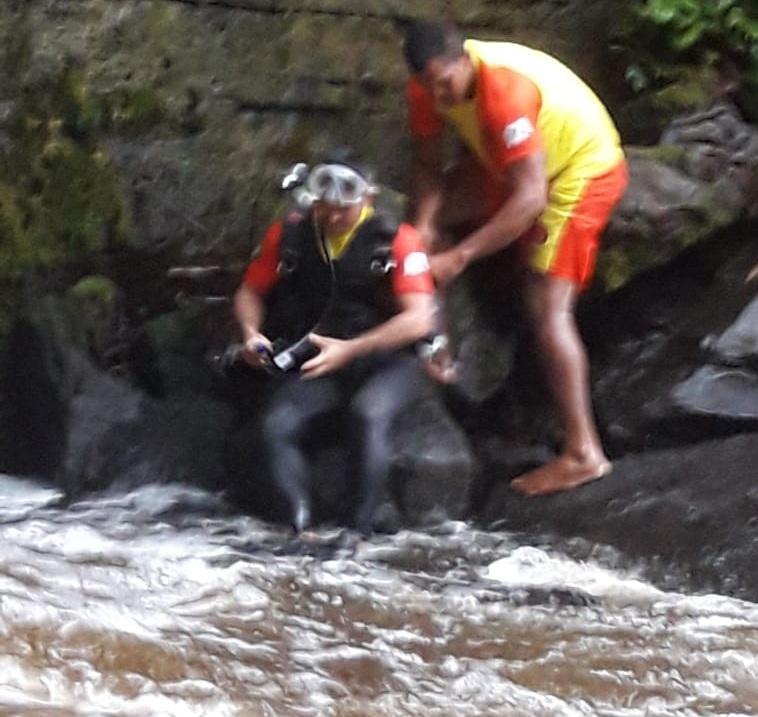 cai em cachoeira