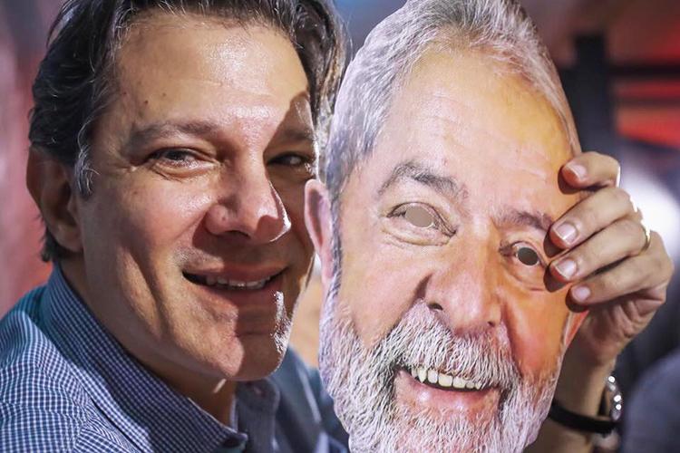 Fernando Haddad segurando máscara de Lula